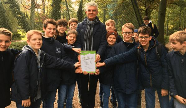 © Simon Wittkowsky/Domspatzen; Domkapellmeister Heiß und die Domspatzen mit der Patenurkunde