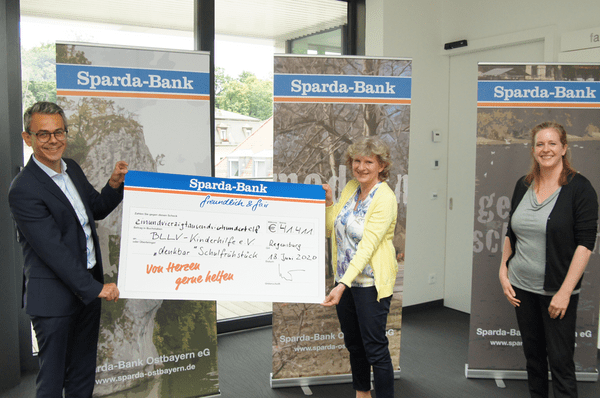 © v.l. Michael Gruber (Sparda-Bank Ostbayern),Siegline Stanzl und Gabriele Mock (BLLV Kinderhilfe e.V.)