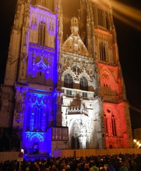 © Der Regensburger Dom in den französischen Farben