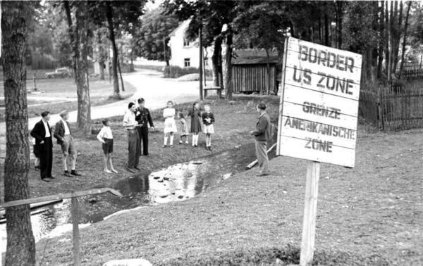 © Bundesarchiv_Bild_183-N0415-363,_Mödlareuth,_Zonengrenze.jpg