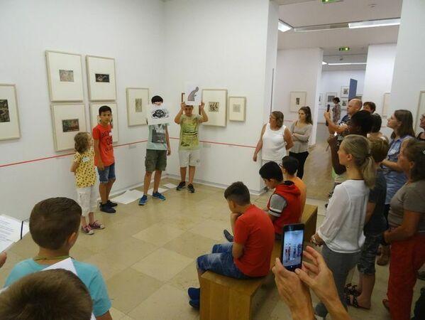 © KOG, Kunst(augen)blicke werden von Aktion Mensch gefördert: Schülerinnen und Schüler mit und ohne Handicap und aus Flüchtlingsfamilien führen dann in gemischten Teams zu ihren Lieblingswerken.
