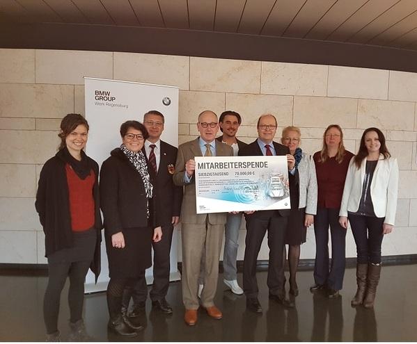 © Werkleiter Dr. Andreas Wendt 4.v.l und der Betriebsratsvorsitzende Werner Zierer 6.v.l mit Vertretern der sozialen Organisationen.