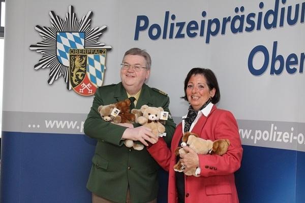 © Polizeipräsident Mahlmeister nimmt die Teddys von Sternschnuppevorsitzenden von Seiche-Nordenheim entgegen, Quelle: Polizeipräsidium Oberpfalz