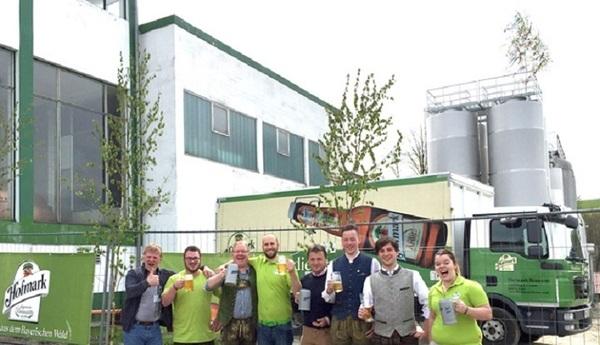 © Die Brauer der Hofmark-Brauerei freuen sich sehr über den Mai-Baum auf ihrem Biertank (Hintergrund).