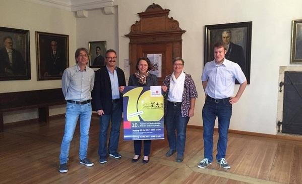 © Charivari, Bürgermeisterin Maltz-Schwarzfischer mit dem Plakat zum bunten Wochenende