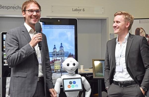 © Stefan Huber, Hubermedia und Tim Schuster, Humanizing Technologies mit Roboter Pepper