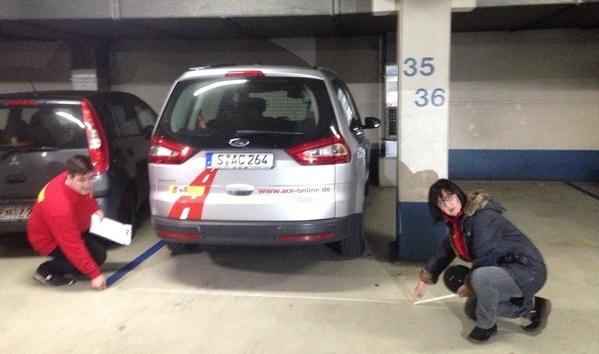 © Charivari, Die Tester des Autoclubs Europa messen die Breite der Parkplätze