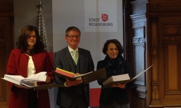 © Charivari; Drei dicke Ordner umfasst die Finanzplanung der Stadt Regensburg