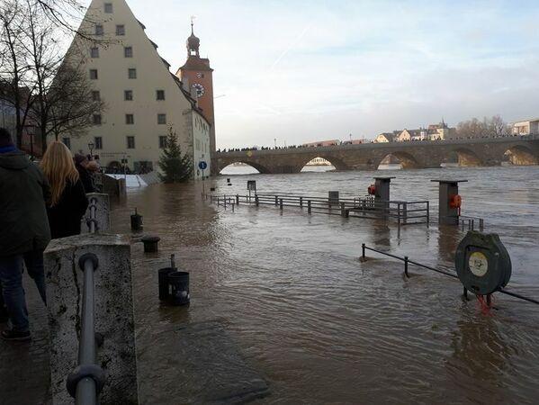 © Hochwasser an der Steinernen Brücke am Samstag Nachmittag, charivari pö