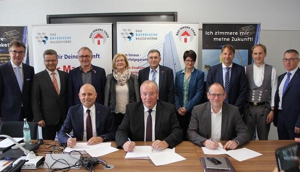 © Landratsamt Cham; Schulleiter Zistler, Landrat Löffler und TH-Präsident Sperber unterzeichnen die Kooperation