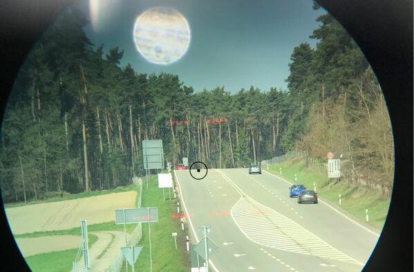 © Polizei Oberpfalz / Blick durch Laservisier auf B 85 bei Bodenwöhr