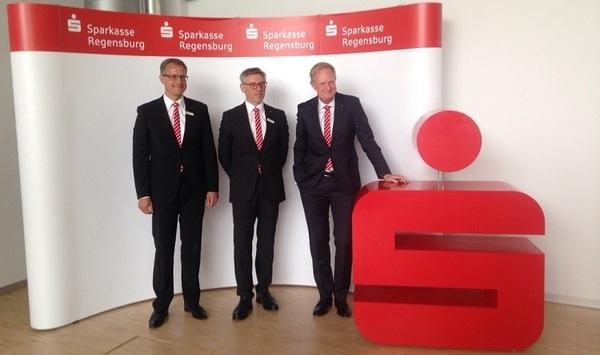 © Charivari; von links: Manfred Pitzl, Franz-Xaver Lindl und Dr. Markus Witt vom Sparkassenvorstand