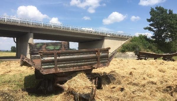 © Bild: charivari / Die Heuwagen, die die Brücke beschädigten