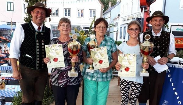© v.l.n.r: HVT-Vorstand Thomas Kratzl, Gewinnerin Irmgard Maier, 3.Platz Johanna Biersack, 2.Platz Sophia Lederer, 2. Bürgermeister Siegenburg, Helmut Meichelböck.