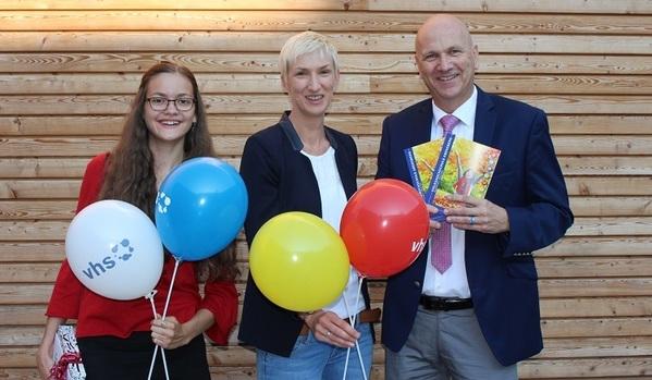 © Stadt Abensberg; Bürgermeister Brandl, vhs-Leiterin Koller-Ferch und vhs-Nutzerin Obster mit dem neuen vhs-Buch