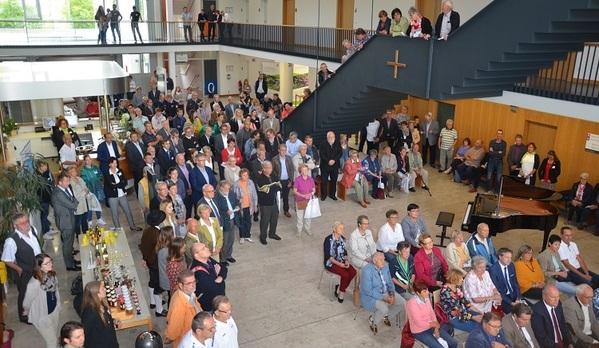 © Viele Besucherinnen und Besucher waren bereits zum offiziellen Eröffnungsteil ins Foyer gekommen/ Landratsamt Regensburg