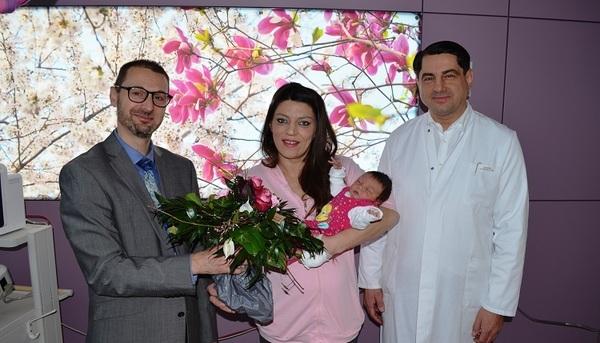 © v.l. Klinikvorstand Peter Weymayr, Violeta Dakaj mit Elsa, Chefarzt Prof. Dr. Heinz Scholz