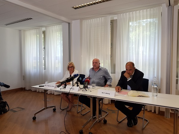 © charivari, Wolbergs mit seinen Anwälten Jutta Niggemeyer-Müller und Peter Witting