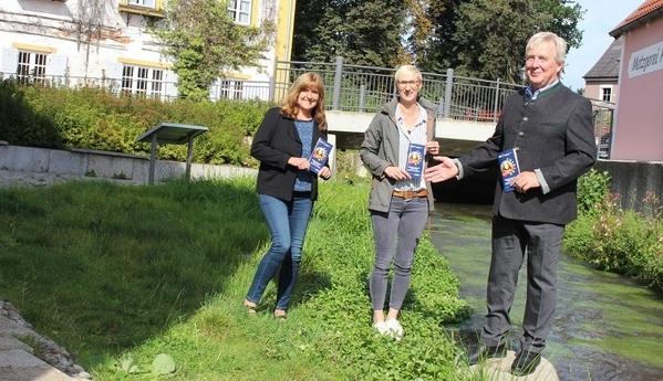 © Knott, Stadt Abensberg; Anke Daffner und Katrin Koller-Ferch von der VHS mit Bgm Johann Bergermeier und neuem Kursbuch