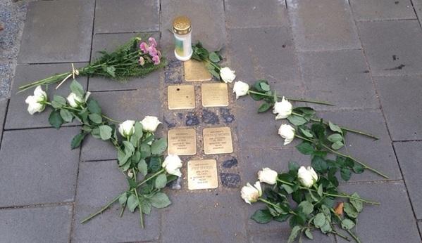 © charivari; Vor der Synagoge wurden Blumen niedergelegt