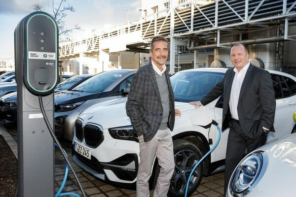 © Werkleiter Frank Bachmann ( rechts ) und Projektleiter Uwe Seitz vor einem neuen X1e