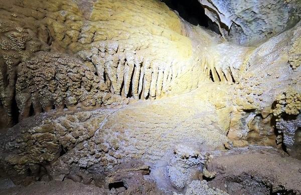© In der Höhle: Trocken gefallener Sinterwasserfall mit Knöpfchensinterbildungen. Foto: Dr. Klaus Dieter Raum