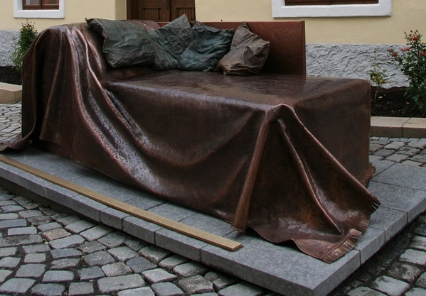 © Wolfgang Schwarz;Denkmal vor dem Geburtshaus Sigmund Freuds in Freiberg