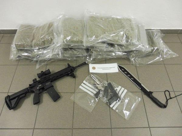 © PP Niederbayern; Sichergesestellt: Marihuana und Waffen