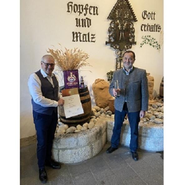 © v.l.: Georg Rittmayer (Präsident der Privaten Brauereien Bayern) und Hans-Peter Drexler (Braumeister Schneider Weisse) Bildquelle: Schneider Weisse