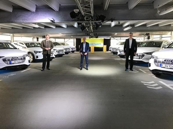© Auf die Plätze, laden, losfahren! Wirtschaftsstaatssekretär Roland Weigert (li.), Bayernwerk-Technikvorstand Dr. Egon Westphal (mi.) und Audi-Entwicklungsleiter für Ladesysteme, Roman Strasser (re.), starteten heute das Projekt MerGE.